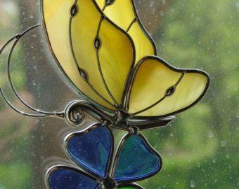 Mariposa Suncatcher por StainedGlassByBev en Etsy