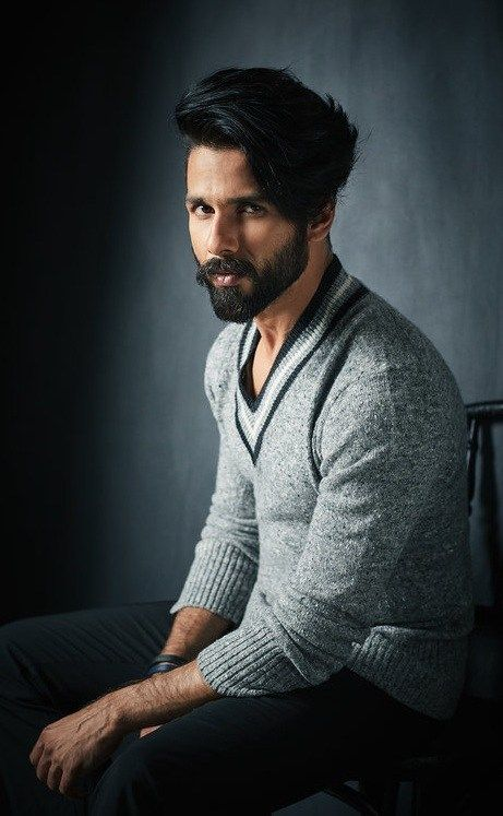Shahid Kapoor Stunning Hairstyle Photography Poses For Men Indian Hairstyles Men Bollywood Hairstyles