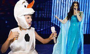 Taylor Swift Dresses As Olaf And Sings Let It Go With Idina Menzel Taylor Swift Dress Taylor Swift Taylor Swift Fan
