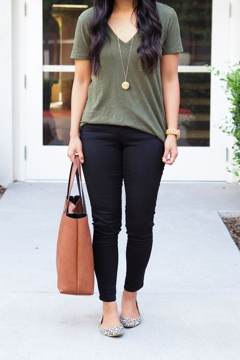 Leopard print flats olive tee black skinny jeans brown bag The post 5 Tops That Will Make You Look Effortlessly Put Together appeared first on Black Jeans.