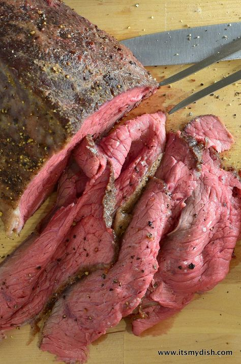 deli roast beef - closeup More Make a delicious and tender deli-style roast beef with a cheap cut of meat. The perfect ingredient for a roast beef sandwich. Grill Sandwich, Roast Beef Sandwiches, Roast Beef Recipes, Chicken Recipes, Smoked Meat Recipes, Beef Meals, Meatball Recipes, Sausage Recipes, Beef Steak