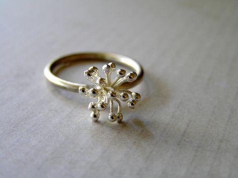 Mooie bloei flower ring gemaakt van solide fijn zilver, tactvol, Romantisch, licht en comfortabel om te dragen en altijd iets bijzonders.  de bloem meet 8 x 12 mm. Diameter van de ring band 1,8 mm  Komt cadeau verpakt in een doos met lint kosteloos.