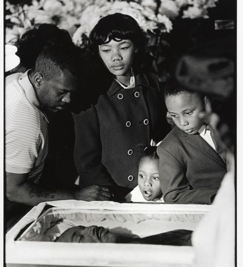 King's Children Viewing his Body for First Time at the Funeral, April, 1968 The Martin Luther King Jr. Center for Nonviolent Social Change Edward Weston, Black History Facts, Black History Month, Ellen Von Unwerth, Marie Curie, Richard Avedon, Ansel Adams, Black Power, Coretta Scott King