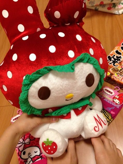 Super cute my melody in a strawberry outfit. Aesthetic Images, Red Aesthetic, Desu Desu, Kawaii Plush, Cute Stuffed Animals, Its My Bday, Sanrio Characters, My Melody, Rilakkuma
