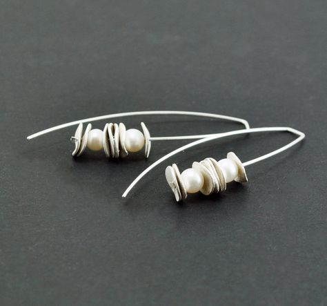 Reticulated Sterling Silver Earrings. Cultured Pearls. White. Dangle. Handmade by Maria Goti Joyas. 30€, via Etsy.