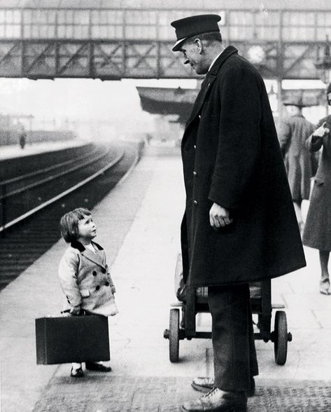 Isnt she a little to young to be traveling by herself ? Bristol Railway Station, England, 1936 A young passenger asks a station attendant for directions. Bristol Railway Station, England, by George W. Vintage Pictures, Old Pictures, Old Photos, Excuse Moi, Black And White Pictures, Worlds Of Fun, Vintage Photographs, Vintage Travel, Belle Photo