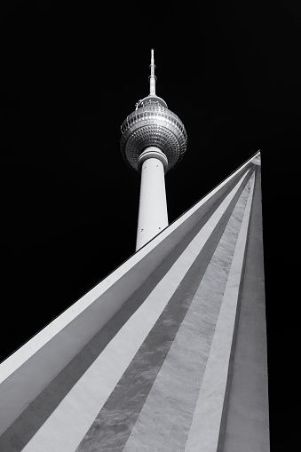 Der Berliner Fernsehturm Ragt In Den Himmel Unteransicht Des In 2020 Fernsehturm Turm Bilder