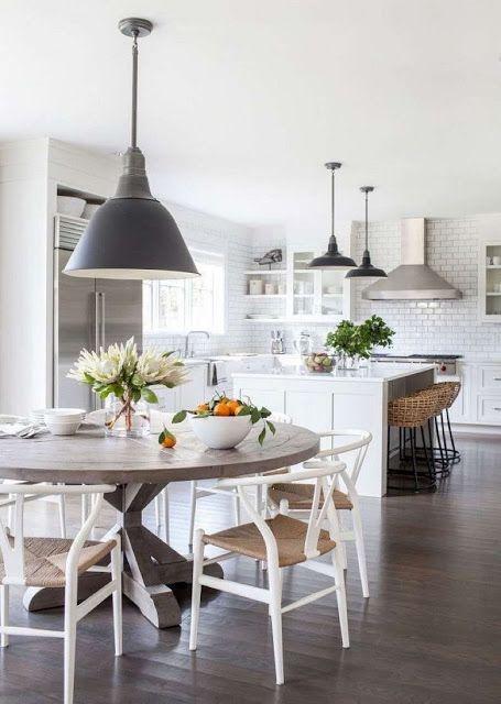 Cozinha com ilha e mesa redonda