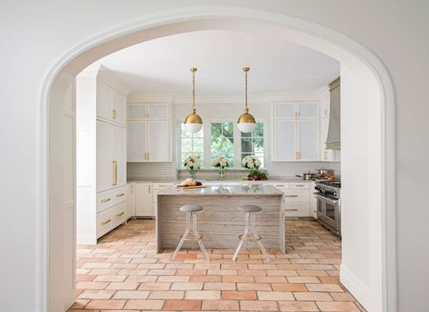 wandfarbe terracotta fliesen küche weiss messing details ...
