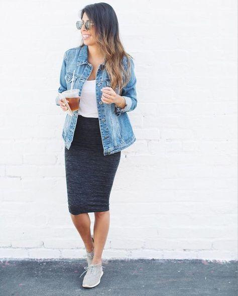 Acheter la tenue sur Lookastic: https://lookastic.fr/mode-femme/tenues/veste-en-jean-bleue-claire-debardeur-blanc-jupe-crayon-grise-foncee/18835   — Veste en jean bleue claire  — Débardeur blanc  — Jupe crayon grise foncée  — Baskets basses grises