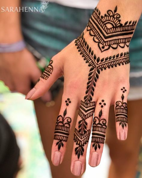 Henna Tattoo Designs Simple, Finger Henna Designs, Mehndi Designs For Beginners, Mehndi Designs For Fingers, Mehndi Art Designs, Latest Mehndi Designs, Henna Designs For Kids, Wedding Henna Designs, Back Hand Mehndi Designs