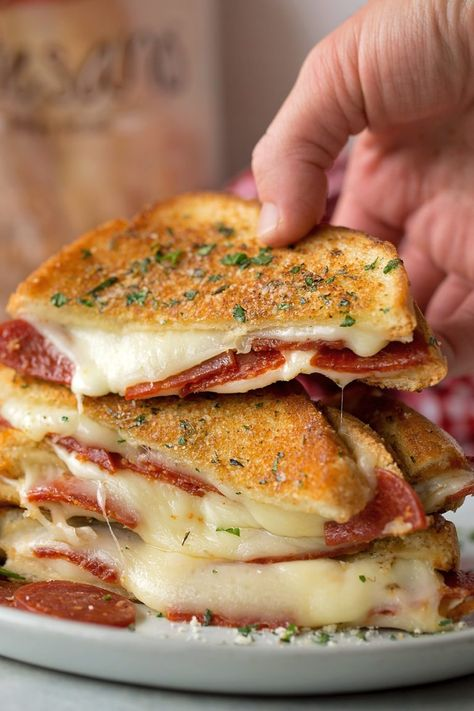 Cooking Recipes 93696 Take your favorite grilled cheese sandwich and stuff it turn it into a pepperoni pizza! This fun twist on a classic is stuffed with mozzarella, pepperoni and sandwiched between two pieces of buttery garlic toast. I Love Food, Good Food, Yummy Food, Tasty, Grilled Cheese Recipes Easy, Pizza Recipes, Sandwich Recipes, Pizza Sandwich, Grilled Cheese Pizza