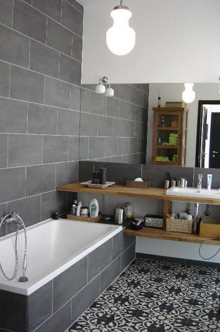 Gris et bois - jolis carreaux au sol. Bonne idée, le plan vasque qui prolonge la baignoire.