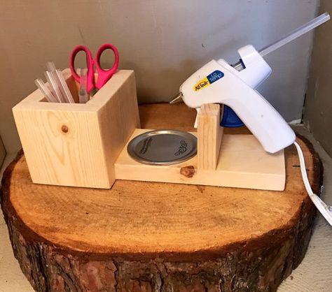 Bonito Glue Gun Holder - Gift Idea - Crafting Supplies - Valentine's Day Gift - Mothe. Glue Gun Holder - Gift Idea - Crafting S. Craft Room Storage, Craft Organization, Organizing, Klebepistole Halter, Space Crafts, Home Crafts, Glue Gun Holder, Decoration Palette, Glue Gun Crafts