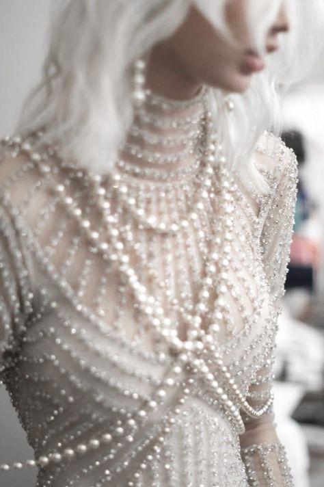 Naeem Kahn Spring 2018 / Wedding Style Inspiration / LANE A Gatsby inspired look Mode Unique, Estilo Real, Naeem Khan, Dark Fashion, Gothic Fashion, Mode Inspiration, Wedding Inspiration, Colour Inspiration, Looks Style