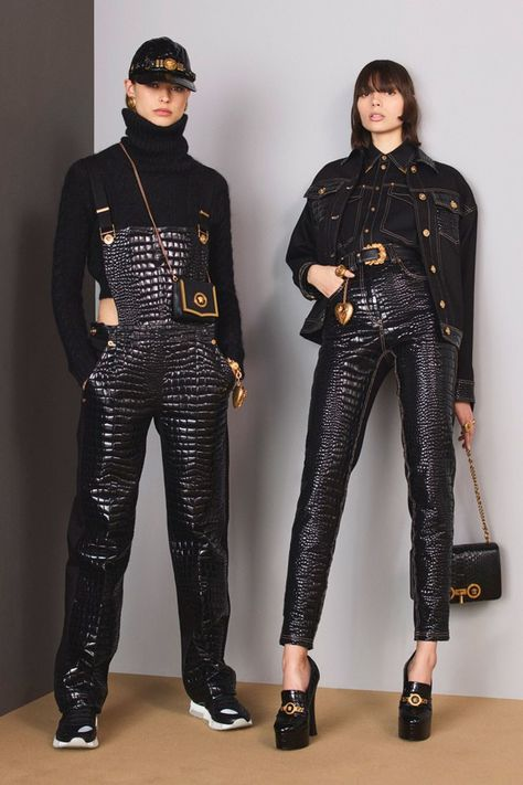 Discover the Women's Fall Winter Collection Fashion Show by Versace. Find your favorite pieces on the Versace Official Website.