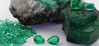 LA ESMERALDA Mineral variedad verde del berilo. Su color proviene de su composición en cromo y vanadio. Su valor comogema o piedra preciosadepende del grado detransparencia, con un color verde profundo, brillante y limpio. La calidad suprema deuna esmeralda en joyería es que debe ser transparente. Totalmente transparente es muy muy raro en la naturaleza. ...