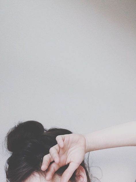 Pertama, gambar aesthetic cewek yang memakai hijab berwarna oranye, celanar hitam, baju coklat sambil memegang minuman dengan pose gaya yang keren. 29 Foto Profil Whatsapp Aesthetic Ideas Fotografi Fotografi Abstrak Gambar
