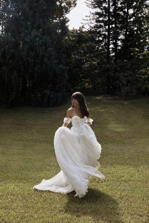 La robe de mariée Star de la collection 2021 Grace Loves Lace   Tendance mariage : interview de la créatrice de Grace Loves Lace pour ses robes de mariée 2021   Vogue Paris