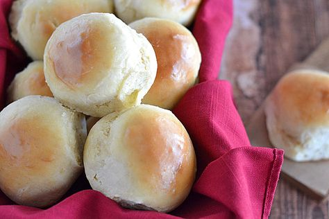 Did you know you can make dinner rolls - yeast ones, at that - in just 30 minutes?  It's true!  These 30-Minute Dinner Rolls are so easy to make you'll never go store-bought again.