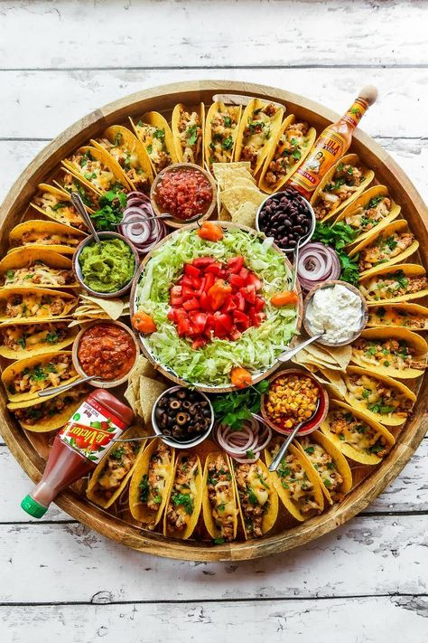For summer hosting, enjoy this Easy Taco Recipe Dinner Board for a large gathering. Make crunchy tacos with turkey, beef, chicken, or pork! Happy # Food and Drink dinner ideas Easy Taco Recipe Dinner Board Party Food Platters, Party Trays, Snacks Für Party, Taco Bar Party, Party Food Bars, Summer Party Foods, Party Buffet, Taco Bar Buffet, Bar Food