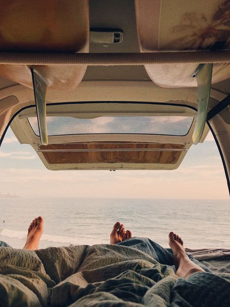 World Camping. Tips, Tricks, And Techniques For The Best Camping Experience. Camping is a great way to bond with family and friends. Summer Aesthetic, Travel Aesthetic, Camping Aesthetic, Aesthetic Girl, Van Life, Surf Van, Foto Fantasy, Surf Trip, Surf Travel