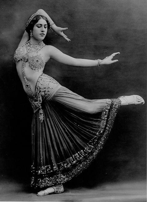 Burlesque Vintage, Tanz Poster, Dance Oriental, Mata Hari, Tribal Belly Dance, Mädchen In Bikinis, Belly Dance Costumes, Belly Dancers, Vintage Beauty