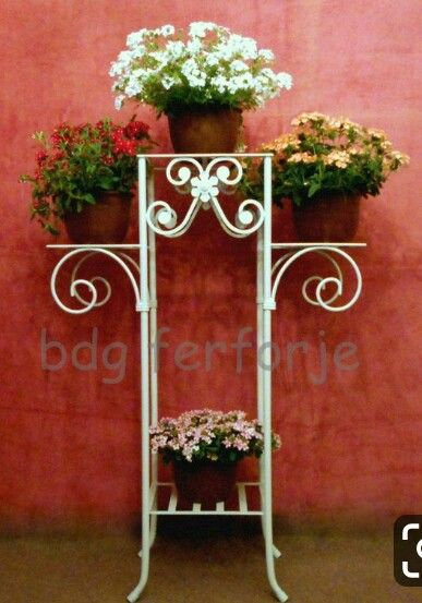 Pin By Ajeet On Gardeneeng Flower Pots Iron Plant Metal Beds