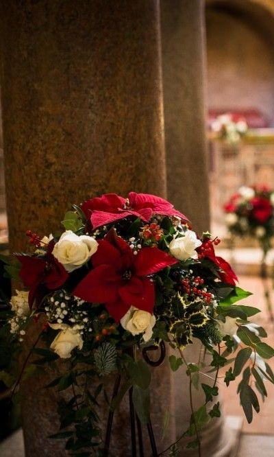 Addobbi Natalizi Matrimonio.Decorazioni Con La Stella Di Natale Per La Cerimonia Religiosa Di Un Matrimonio In Inverno Matrimonio Nozze Matrimonio Stellato Matrimonio Matrimonio Stella