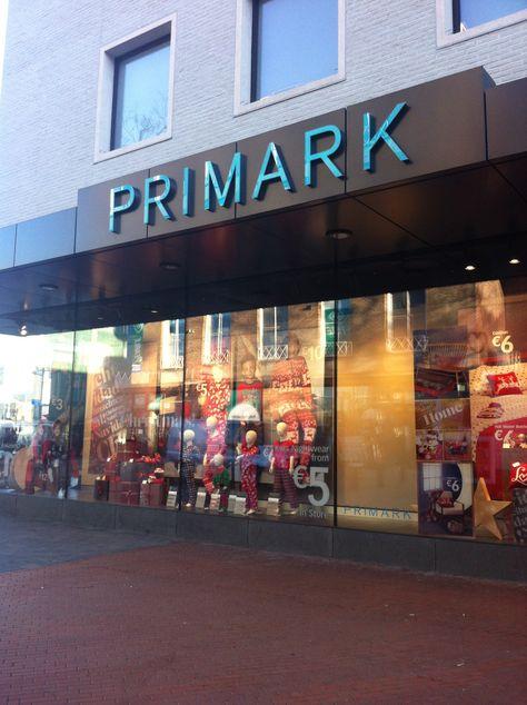 Het logo is simpel en groot. De etalage past bij het seizoen: winter en kerst. De Primark is een erg goedkope winkel, dat wordt duidelijk door dat er lage prijzen op de gevel naar voren komen. (5 euro, 6 euro)