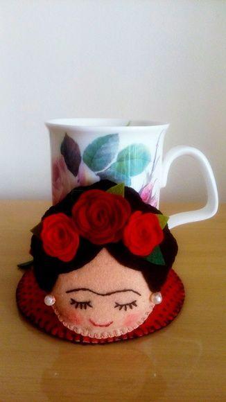 Compre Tapete de caneca Frida Kahlo no Elo7 por R$ 26,50   Encontre mais produtos de Kit Escritório e Papel e Cia parcelando em até 12 vezes   Tapete de caneca em feltro da Frida Kahlo.  Ideal para proteger os móveis de marcas e deixar sua mesa de trabalho ou estudo mais alegre, colorida..., AEF04F
