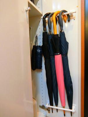 収納スペースが増える 2つのタオルハンガーで傘の収納 傘収納