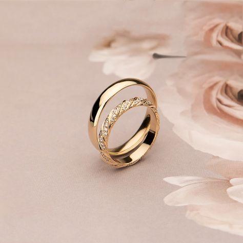 Przepiękne połączenie prostej, klasycznej męskiej obrączki z bogato zdobioną propozycją dla Pani. Adorable set of simple, classic man wedding ring with richly decorated ring for Her.  #everafterrings #weddingringsset #obraczkislubne #obraczki #weddingrings #piękneobraczkislubne #najpiekniejszeobraczki #forhimandforher #slubneinspiracje #slubnaglowie #obraczkadlaniej #obraczkadlaniego #slub #obrączkiślubne #beautifulweddingrings #weddinginspirations #wedding #topweddingrings #famousweddingrings