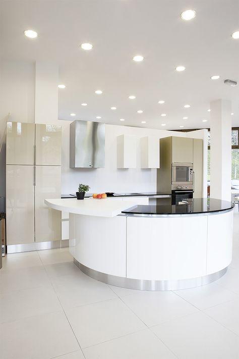 Abgehängte Decke in einer modernen offenen Küche mit - lampen badezimmer decke