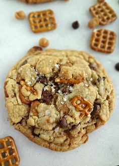 Sweet & Salty Kitchen Sink Cookies {Panera Copycat}-a recipe for giant, chewy, cookies with pretzels, caramel bits, and chocolate chips. Köstliche Desserts, Delicious Desserts, Dessert Recipes, Yummy Food, Panera Bread, Riesen Cookies, Chocolate Chip Cookies, Cookies With Caramel, Butterscotch Cookies