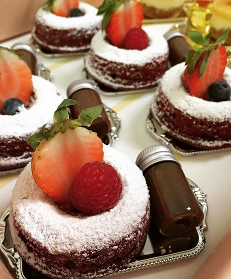 Princess Sweets On Instagram حبيب الكل ميني ردفلفت مع صوص التشوكليت حلويات حلا قهوه مكس مميز ميني رد ف Snack Platter Food Food Decoration