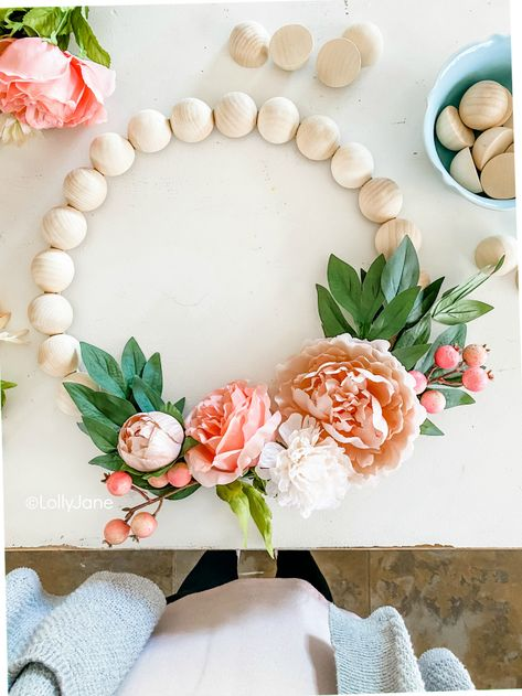 DIY Wood Bead Floral Wreath – Lolly Jane Learn how to make this easy wooden bead wreath with florals. Such a fun front door wreath with natural wood beads and pretty florals and berries. Wood Bead Garland, Beaded Garland, Bunting Garland, Wood Wreath, Light In, Diy Papier, Diy Holz, Wreath Crafts, Wreath Ideas