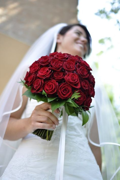 Bouquet Sposa Con Rose Rosse.Bouquet Di Rose Rosse Per La Sposa Con Personalita Foto By Foto