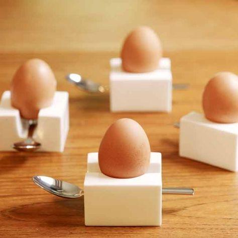 Egg Cube by Kathleen Hills Coquetiers pratiques : la forme du coquetier possède un rangement à cuillère