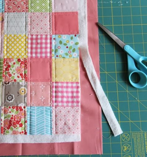Cluck Cluck Sew: Binding Tutorial: Binding a quilt with the quilt backI made a doll quilt before Christmas and realized I'd never posted a tutorial on this quick and easy binding method. Since I know a lot of you are beginners…this is a really great w Patchwork Quilting, Quilting 101, Quilting For Beginners, Quilting Tutorials, Machine Quilting, Quilting Ideas, Machine Binding A Quilt, Quilt Binding Tutorial, Baby Quilt Tutorials