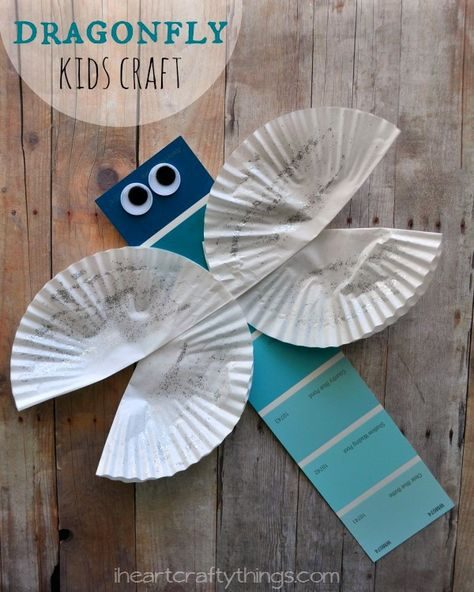 Cute and simple Dragonfly Kids Craft. Great spring or summer craft for kids, or when learning about insects. From iheartcraftythings.com.