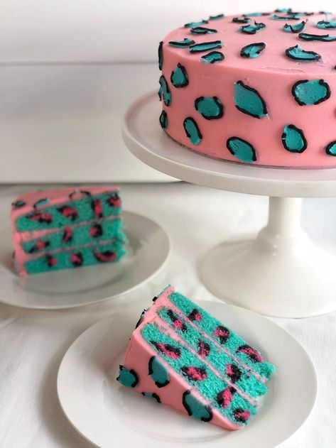 Leopard print cake with a surprise inside! - CAKE STYLE # cake designs Leopard print cake with a surprise inside! Pretty Birthday Cakes, Pretty Cakes, Cute Cakes, Yummy Cakes, Amazing Birthday Cakes, Funny Birthday Cakes, Crazy Cakes, Fancy Cakes, Leopard Cake