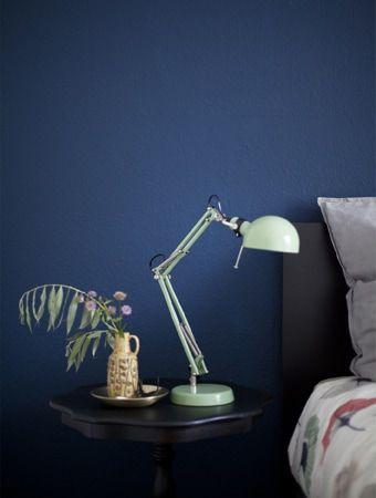 Table De Chevet Noire Avec Lampe Vert Menthe Sur Fond De Mur Bleu Fonce Chambre Minimaliste Design Minimaliste Chambre Tables De Chevet Noires