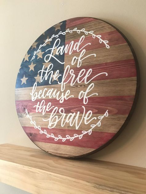 Stained American Flag Last Name Wood Round Patriotic Crafts, Patriotic Decorations, July Crafts, Americana Crafts, Primitive Crafts, Diy Wood Projects, Vinyl Projects, Wood Crafts, Art Projects