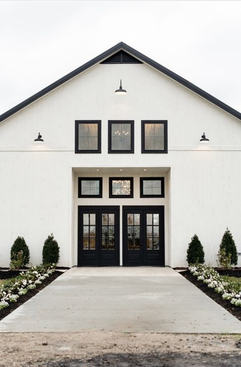 The Barn at Willowynn is a beautiful barn wedding and event center located in Santa Fe Texas, which is 25 miles south of Houston Texas! Farmhouse Wedding Venue, Modern Wedding Venue, Wedding Venues Texas, Barn Wedding Venue, Dream Wedding, Wedding White, Wedding Photos, Santa Fe, Modern Barn