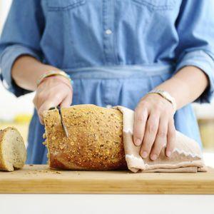 Wer auf eine kohlenhydratarme Ernährung setzt, greift oft zu Eiweißbrot. Dieses spezielle Brot gibt es in vielen großen Supermärkten zu kaufen – Sie können es aber auch ganz einfach selber backen. Dann wissen Sie auch genau über die Inhaltsstoffe und Zutaten Bescheid.