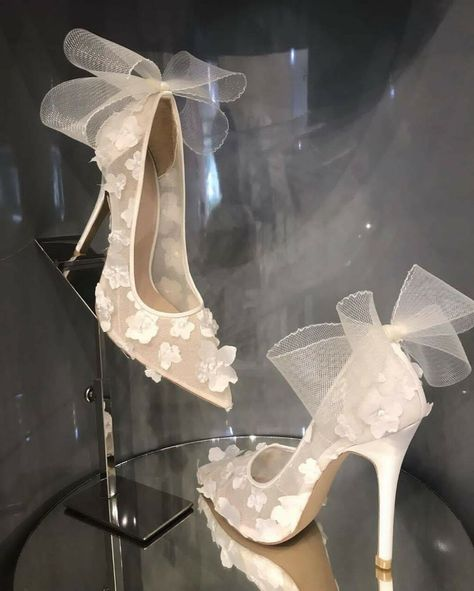 Image in Bags and shoes.👠👡👢👜👛 collection by Eleni Artikou Fancy Shoes, Pretty Shoes, Beautiful Shoes, Cute Shoes, Me Too Shoes, Bridal Heels, Wedding Heels, Fashion Heels, Sneakers Fashion