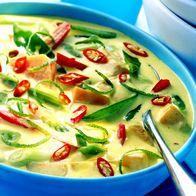 Kokos-Curry-Suppe Kokossuppe 1 Zwiebel, 10 g Ingwer (beides fein gehackt), 200 g Möhre (in feinen Scheiben) und 1 kleine rote Chilischote (fein geschnitten) in 1 TL Öl dünsten. 1 TL Currypaste, 200 ml Kokosmilch (fettreduziert) und 150 ml Gemüsebrühe angießen. Alles ca. 10 Min. köcheln lassen, dann 100 g Zuckerschoten (halbiert) 3 Min. mitgaren. Mit Salz und Pfeffer würzen
