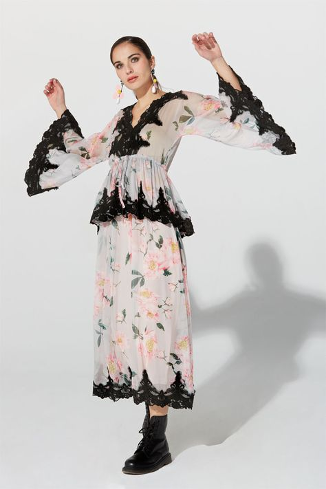 73f7cfc54 Vestido largo Primavera Verano 2019 TERIA YABAR de tul bordado con hilo de  algodón a tono
