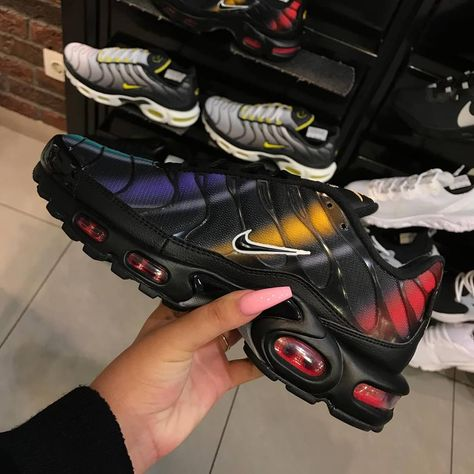 Air Max Plus Black raibow Black Flash Crimson green